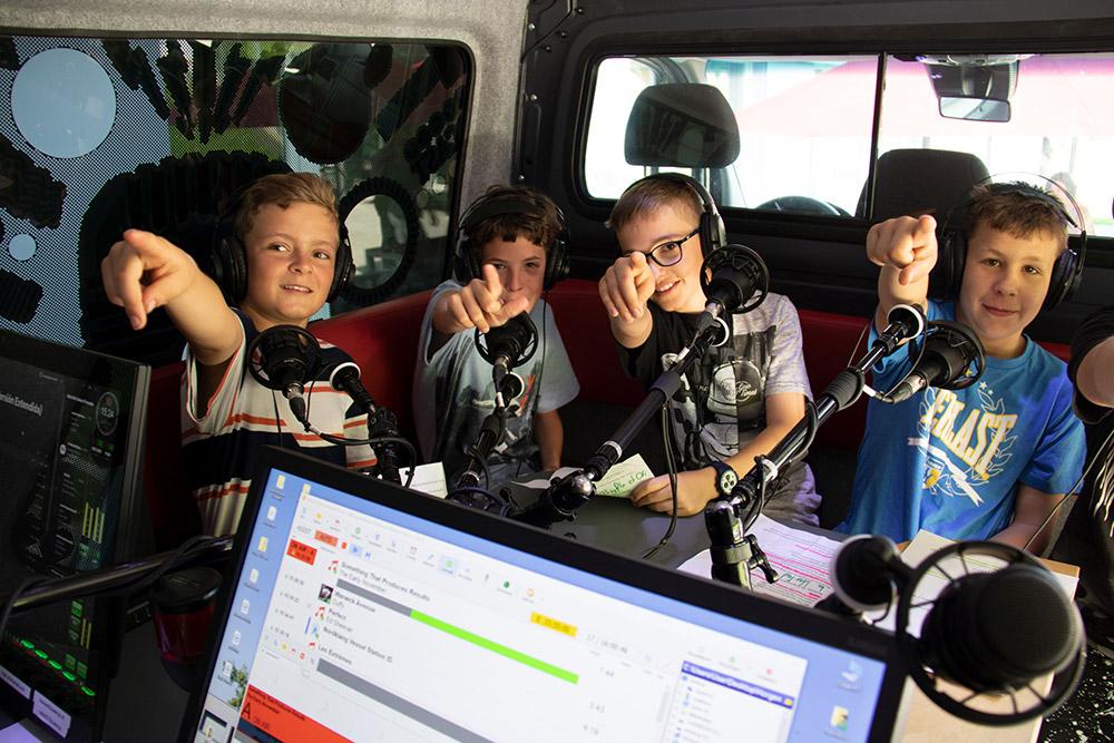 kinder_im_radiobus-stiftung_kinderdorf_pestalozzi