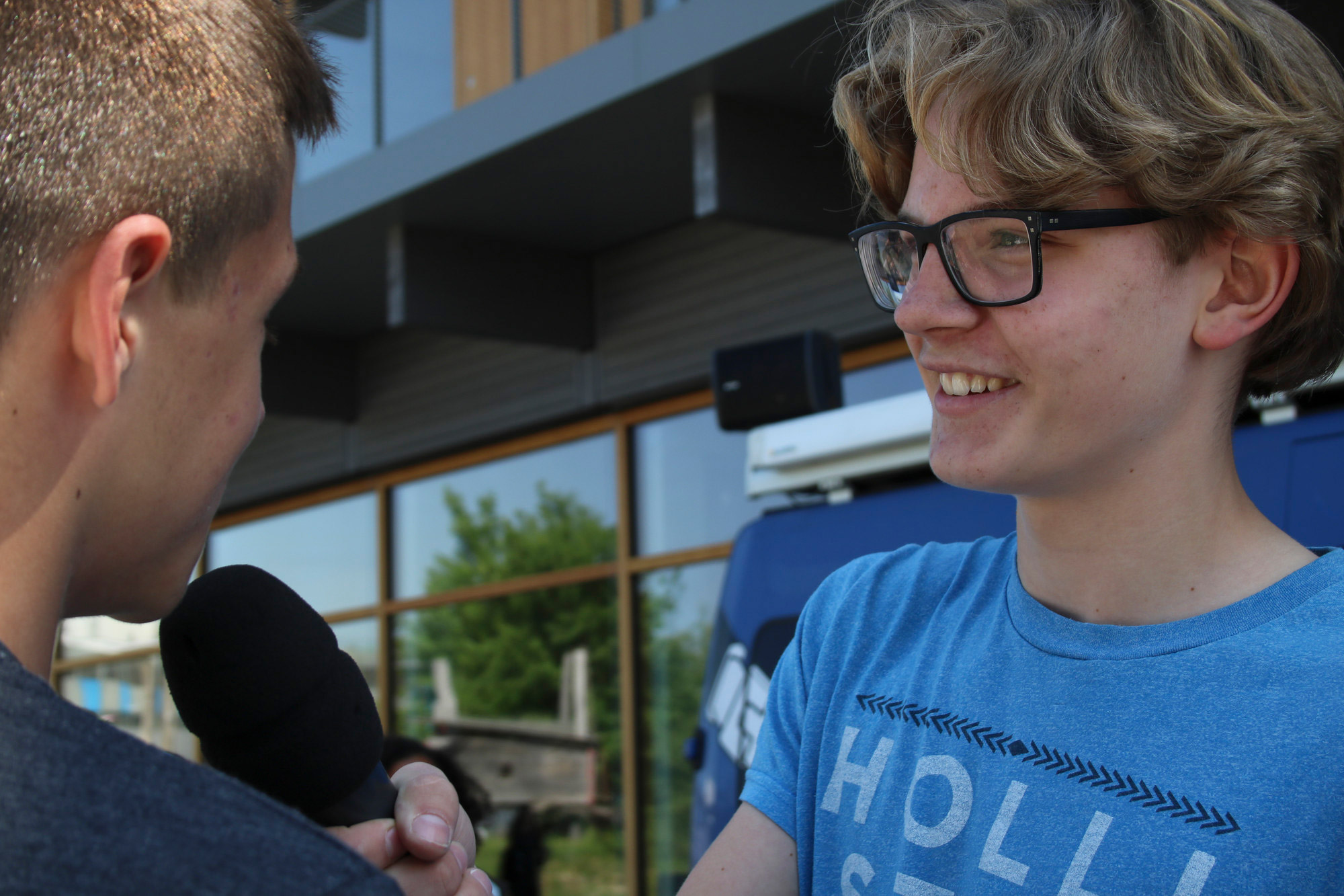 lets_talk_about_gender_-_jugendlicher_interviewt_gspaenli_fuer_eine_radiosendung