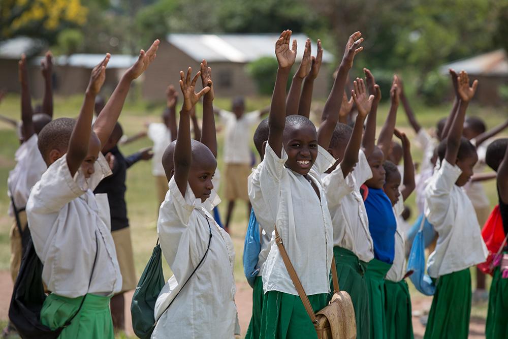 projekte_-_ostafrika_-_tansania_-_kinder_halten_die_haende_hoch_-kinderdorf-pestalozzi