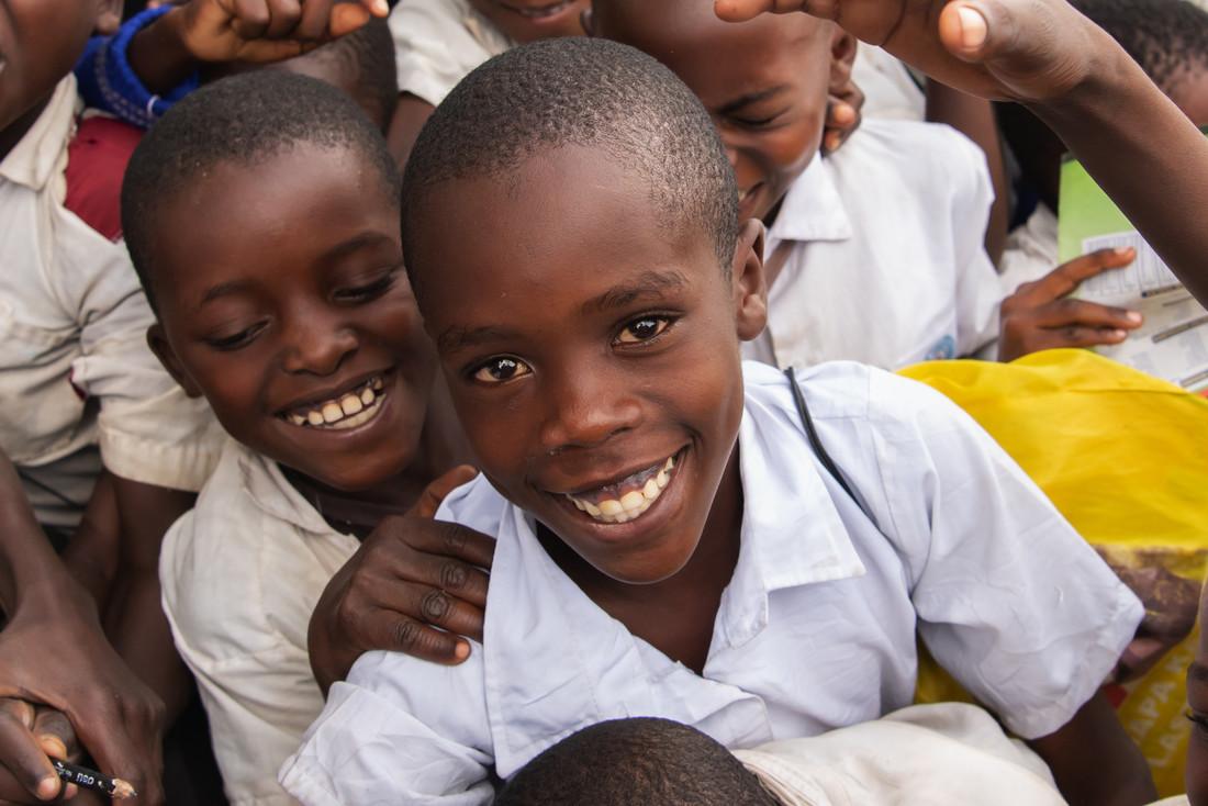 projekte_-_ostafrika_-_tansania_-_triad_-_knabe_lacht