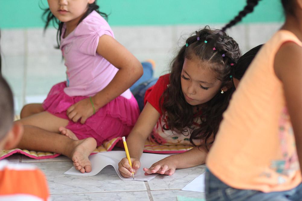 projekte_-_zentralamerika_-_el_salvador_-_maedchen_schreibt_am_boden