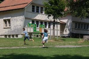 kinder_spielen_fangen_ferienlager_action_fun_schweiz_stiftung_kinderdorf_pestalozzi_website