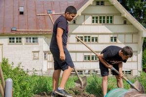 zwei_knaben_buddeln_ein_loch_ferienlager_action_fun_schweiz_stiftung_kinderdorf_pestalozzi_website