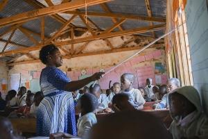 lehrerin_sifrasi_nyakupora_unterrichtet_in_tansania-stiftung_kinderdorf_pestalozzi