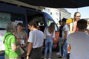 1_menschen-vor-dem-bus