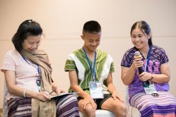 drei_personen_in_einer_reihe_in_bangkok_-_stiftung_kinderdorf_pestalozzi