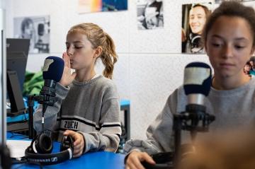 maedchen_testet_distanz_zum_radio_digiweek_stiftung_kinderdorf_pestalozzi