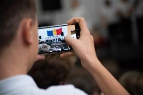 jugendlicher_mit_smartphone_-_fachtagung_medienpaedagogik_-_stiftung_kinderdorf_pestalozzi