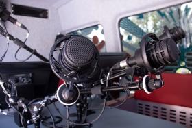 mikrofone_im_radiobus_-_powerup_radio_-_stiftung_kinderdorf_pestalozzi