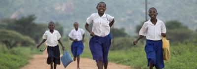 projekte_-_ostafrika_-_tansania_-_header_-_maedchen_rennen