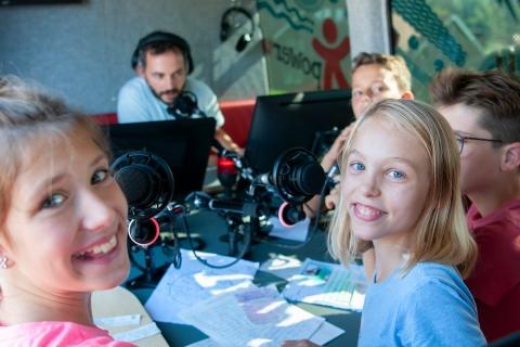 jugendliche_im_radiobus_-_stiftung_kinderdorf_pestalozzi