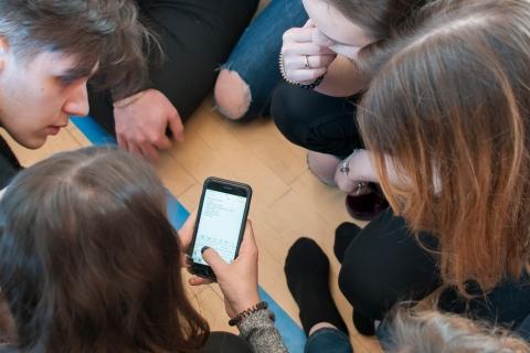 jugendliche_mit_smartphone_-_fachtagung_medienpaedagogik_2019_-_stiftung_kinderdorf_pestalozzi