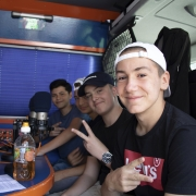 5_jungs-im-bus