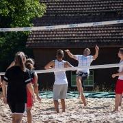 sommerfest_210_jugendliche_beim_volleyball_spielen_-_stifung_kinderdorf_pestalozzi